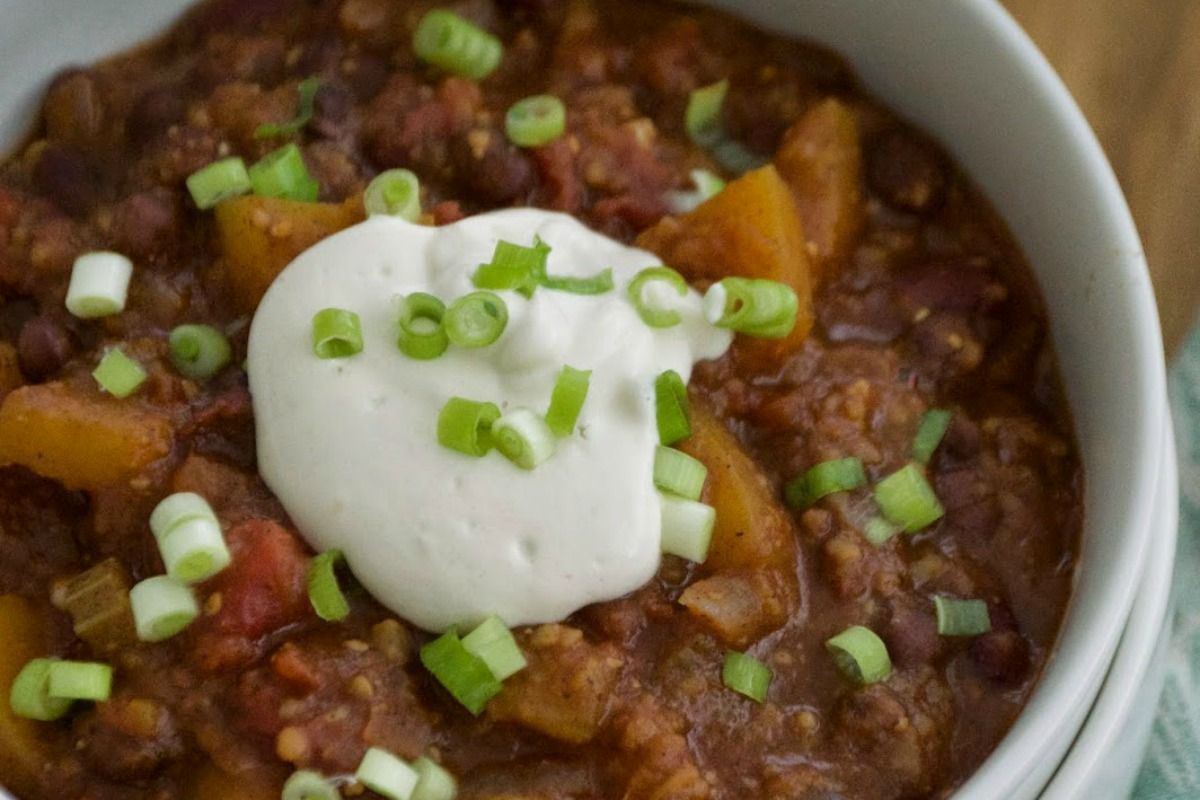 "Sweet and Spicy Pumpkin Chili With Raw ""Sour Cream"" [Vegan, Gluten-Free]"