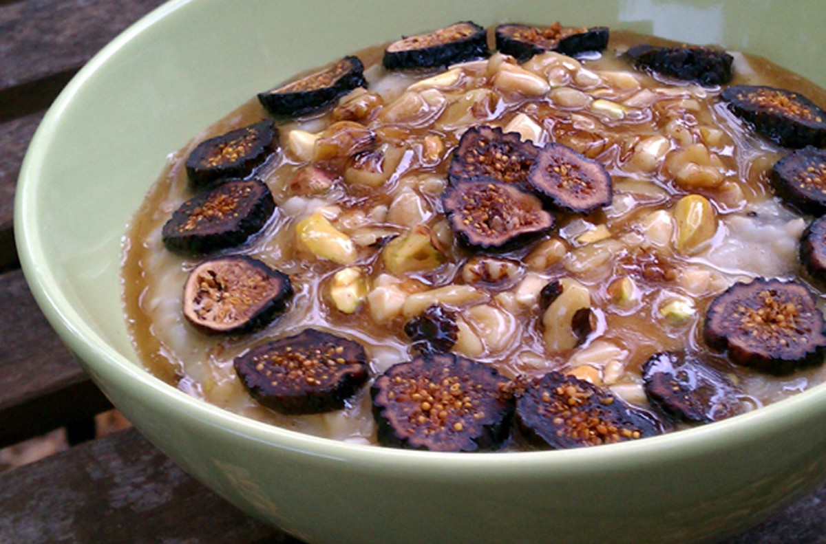 Vanilla-Fig-Oatmeal-Topped-with-Baklava-Filling-1200x791