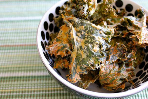 Vegan-Sour-Cream-Onion-Kale-Chips_3 (1)