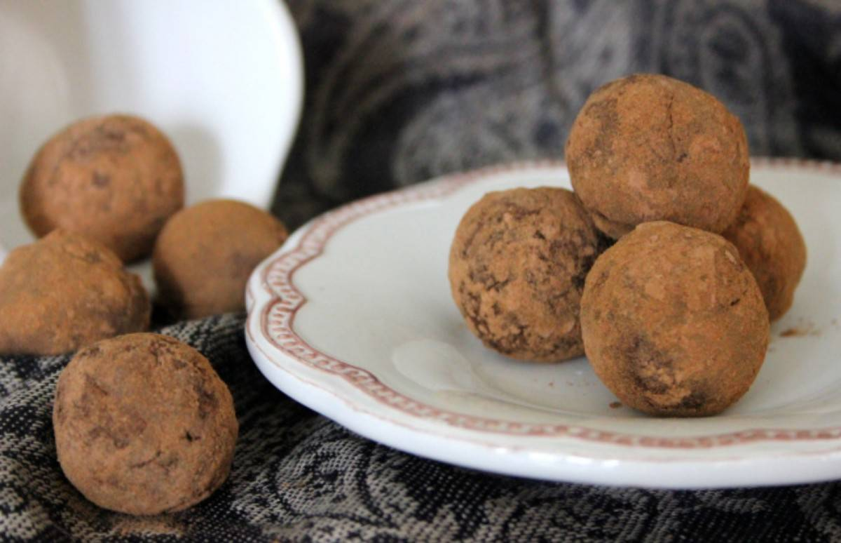 Raw-Cinnamon-Chocolate-Truffles-Vegan-1200x774