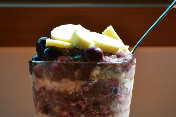 Breakfast-parfait-with-oats-and-blueberry-pudding
