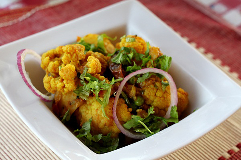 Indian Alu Gobi – Curried Potatoes and Cauliflower with Green Peas (Vegan)