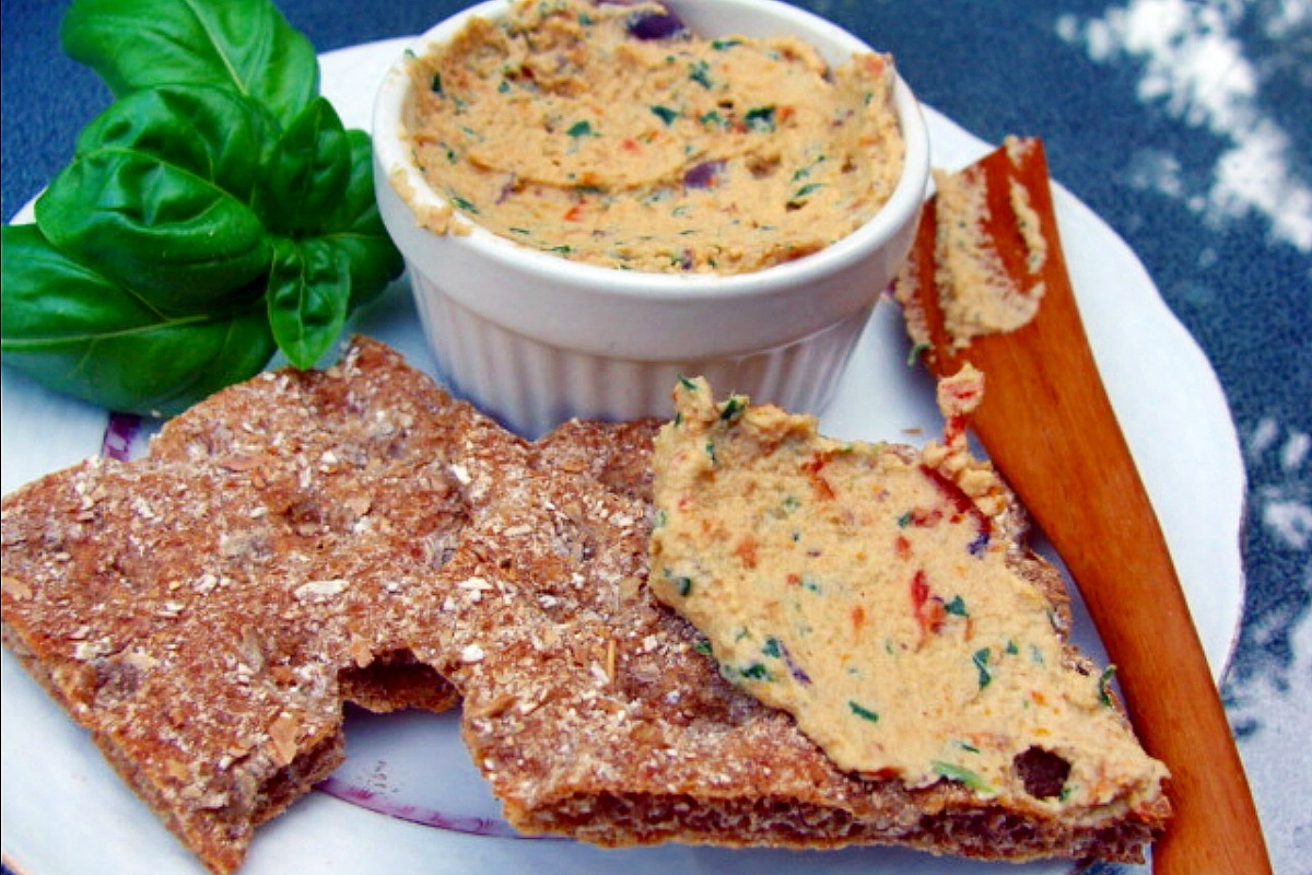 Sundried Tomato, Basil and Kalamata Olive 'Ricotta' Spread [Vegan, Gluten-Free]