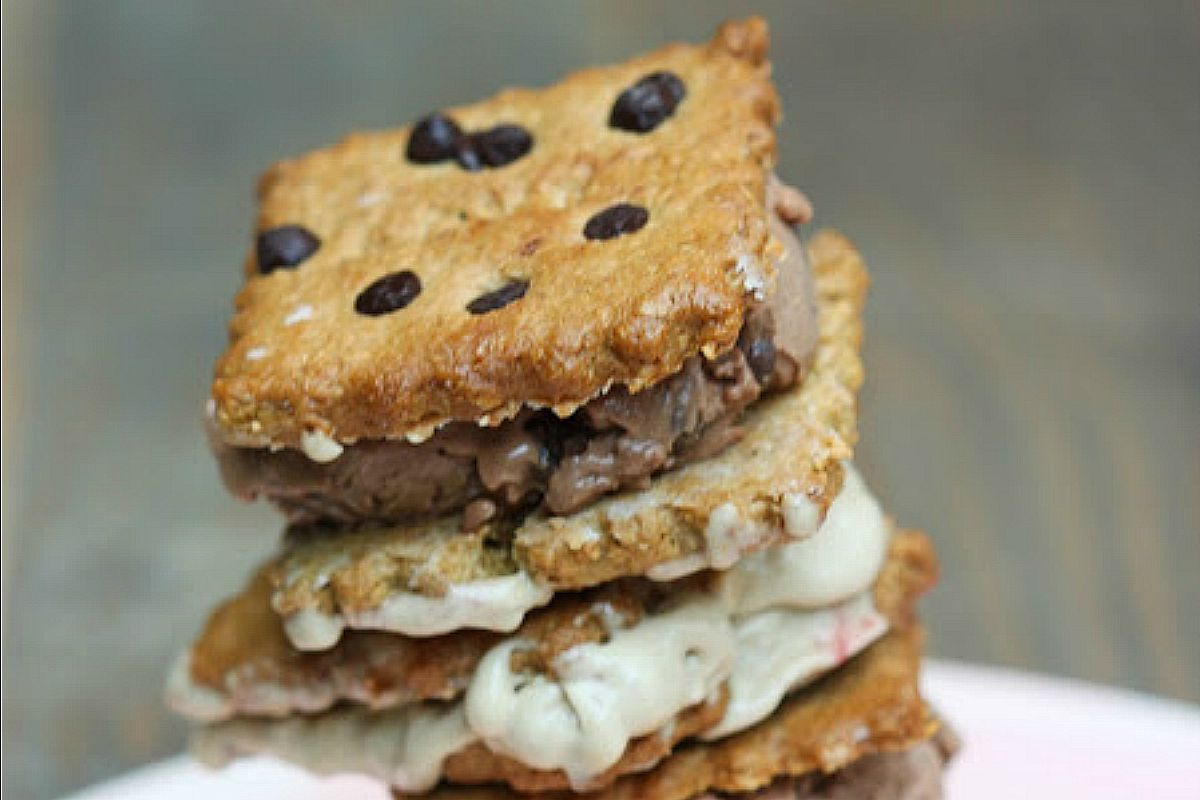 Ice Cream Sandwiches With Crunchy Chocolate Chip Cookies [Vegan]