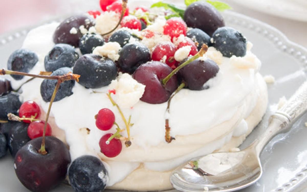 Pavlova vegan à la crème fouettée à la noix de coco