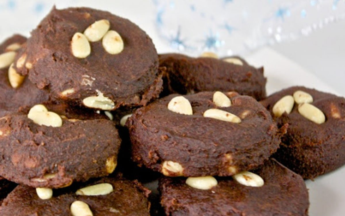 Chocolate fondant and pine nuts cookies