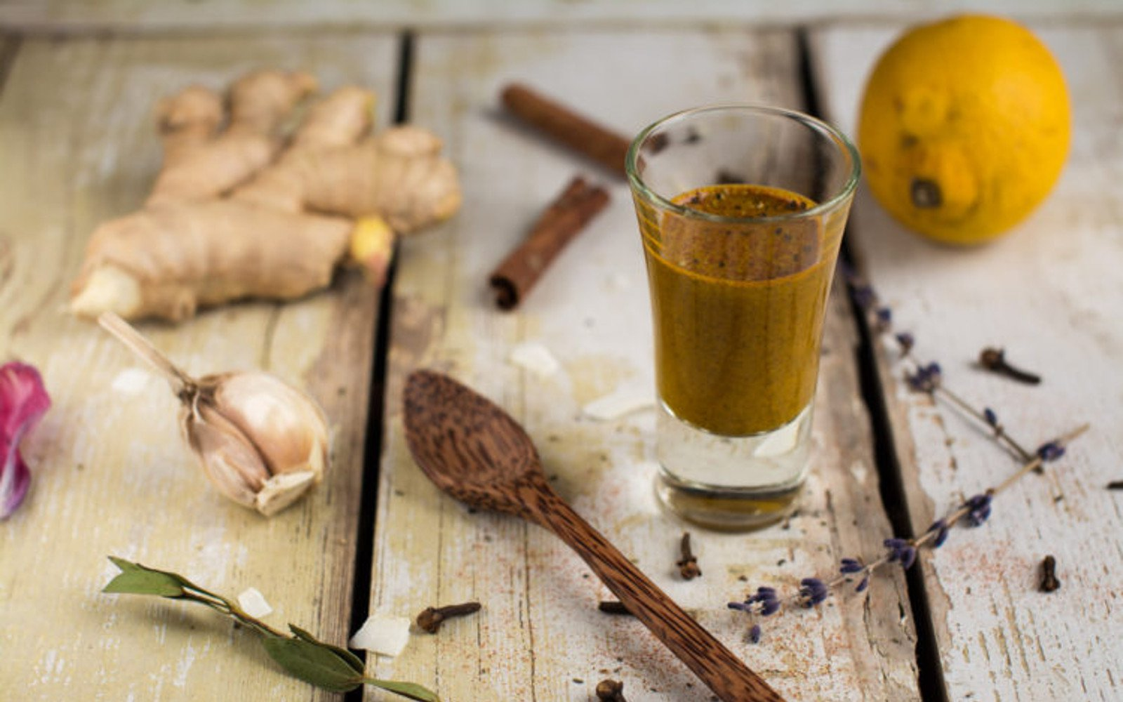 Anti-inflammatory cold remedy shot with turmeric