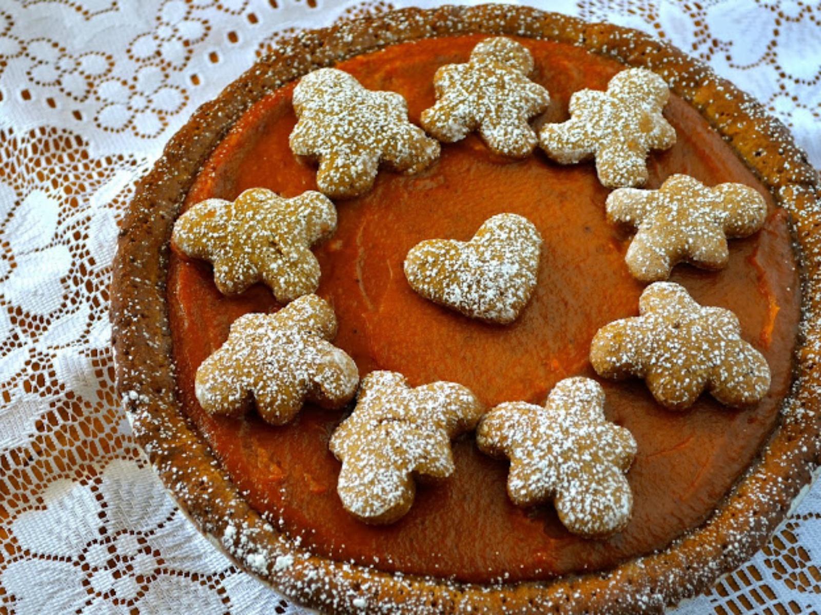 Vegan Pumpkin Pie with Gingerbread Cookies