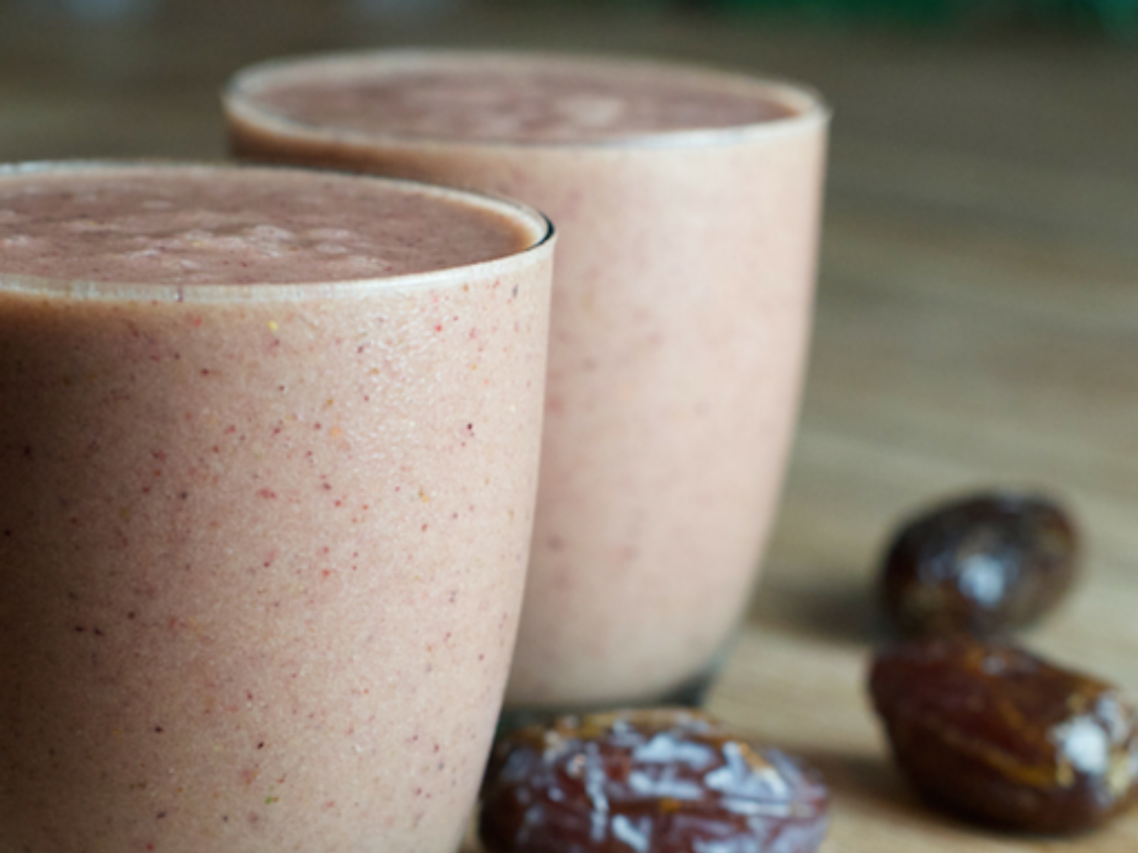 vegan date and berry smoothie