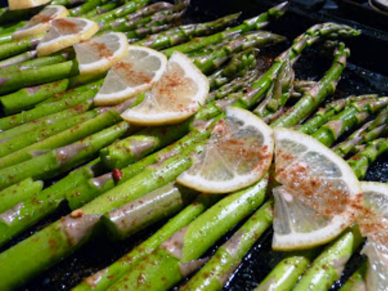 Wonderfully flavored vegan lemon and chili asparagus
