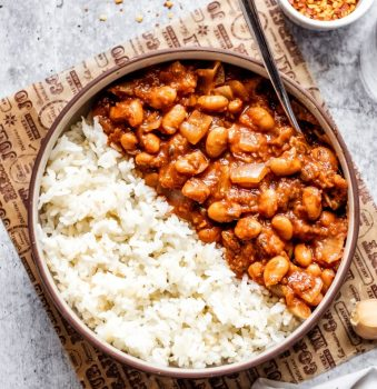 vegan spicy baked pinto beans