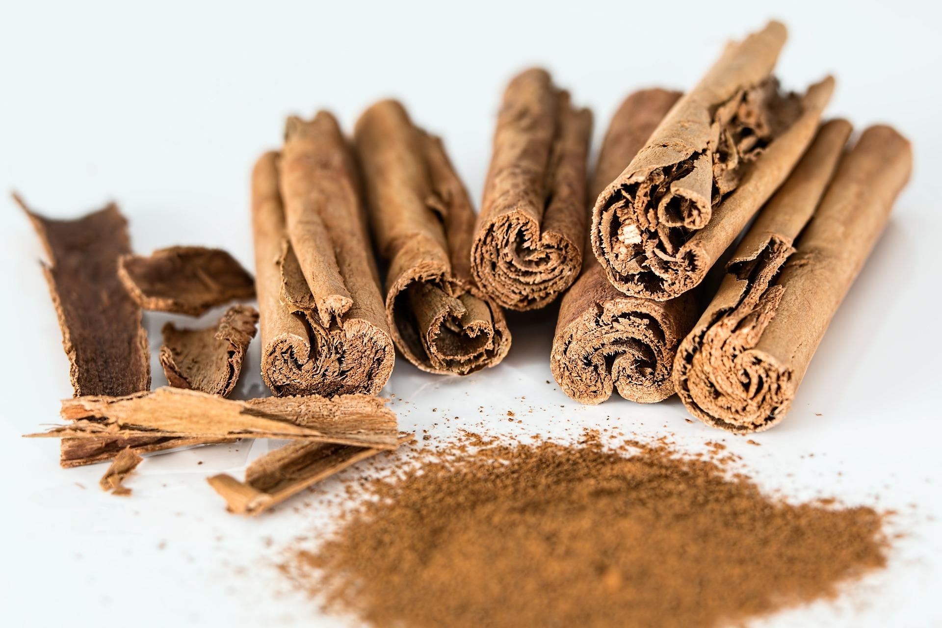 cinnamon sticks and ground cinnamon on isolated background