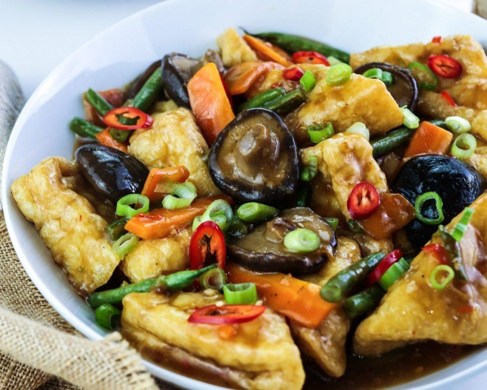 Soufflé au tofu végétalien avec sauce aux champignons asiatiques végétaliens