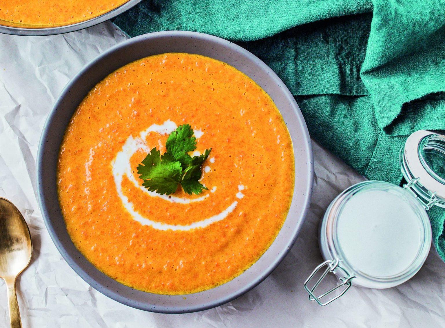 Soupe végétalienne aux carottes rôties au cari