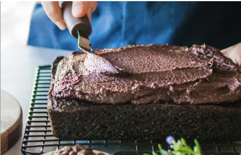 Gâteau végétalien à l'huile d'olive au chocolat avec glaçage à l'espresso